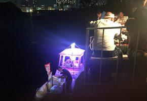 船の上のアイスキャンディー屋さんの画像