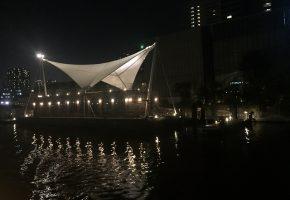 TYハーバーの隣にできた船の形をした建物の画像