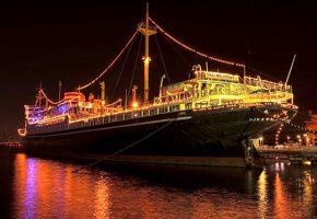 ライトアップされた巨大船の画像